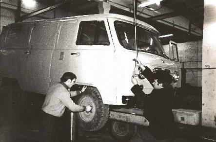 Водители: В.Н.Пищулин и А.В.Клишин принимают участие в ремонте автомобиля УАЗ—451 Д.