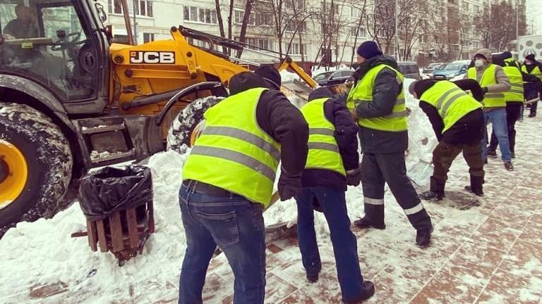 пятые сутки 1000 его работников убирают снег в ЦАО