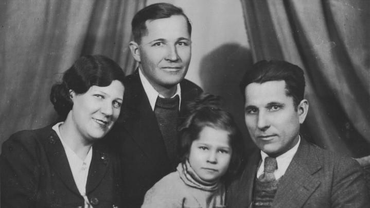 Иван Егорович с женой, дочерью и братом (1940-е гг.)