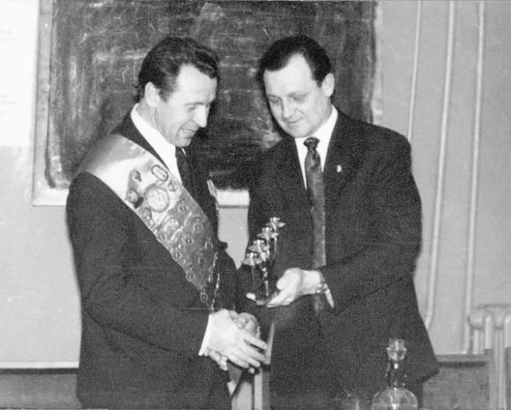 1977 г. В гостях у МОСЛИФТа олимпийский чемпион знаменитый Пётр Болотников. К.И. Блинов вручает ему памятный подарок.