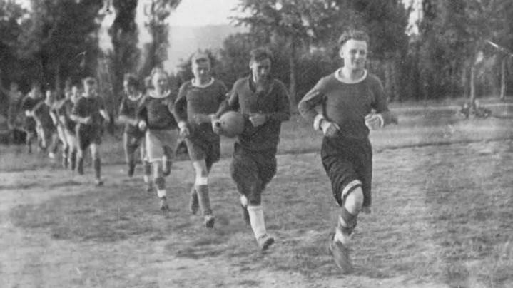 1940г. Впереди капитан клубной команды «Спартак» Костя Блинов