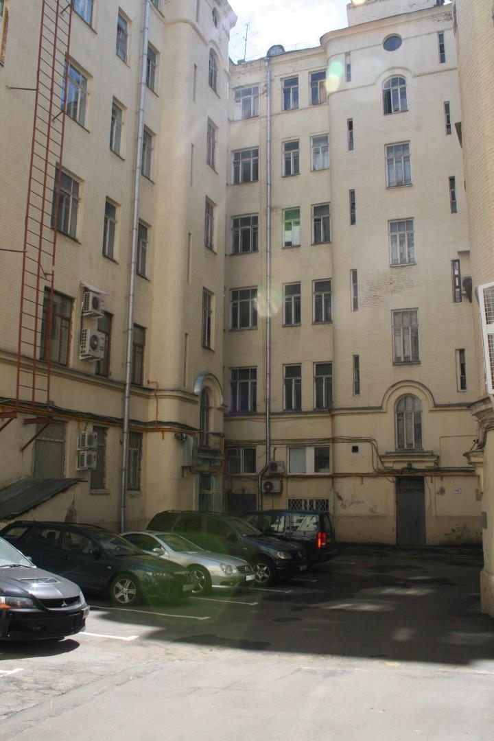 Этот дом сегодня, вход в управление находился в углу